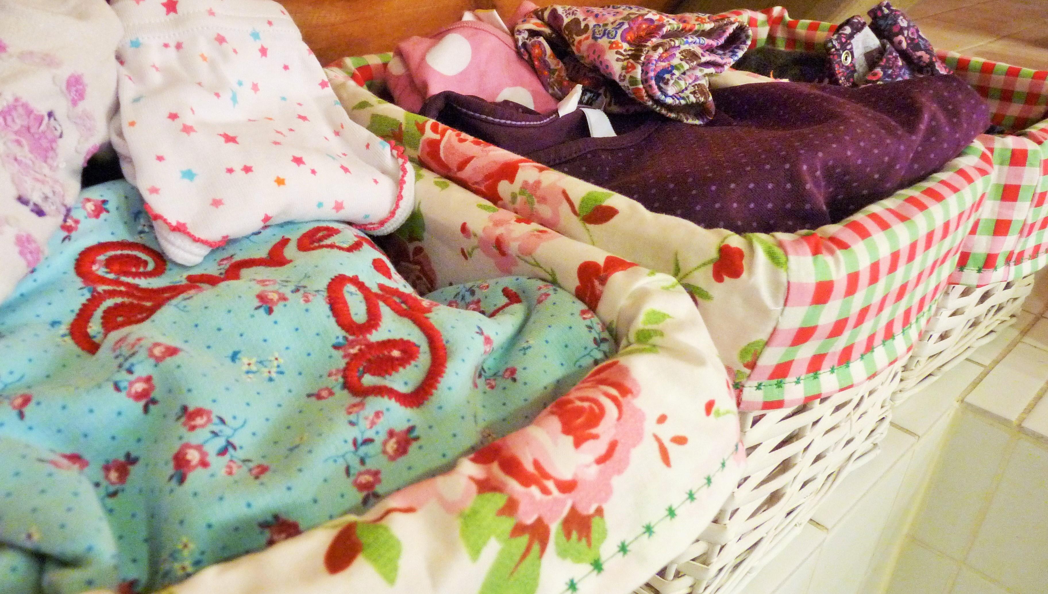 Jedes Kind hat seinen Korb in den wir/ich abends die Kleidung für den nächsten Tag hinein lege und morgens das Nachthemd/Schlafanzug für die Nacht.